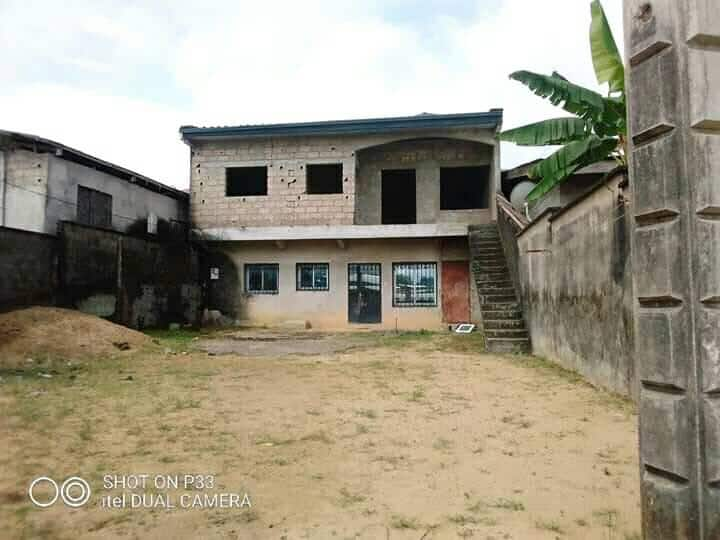 Maison (Villa) à vendre - Douala, Logpom, bassong - 1 salon(s), 4 chambre(s), 3 salle(s) de bains - 23 000 000 FCFA