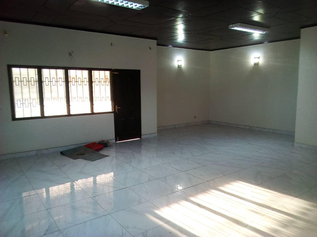 Office to rent at Yaoundé, Bastos, pas loin de ART - 500 m2 - 1 000 000 FCFA