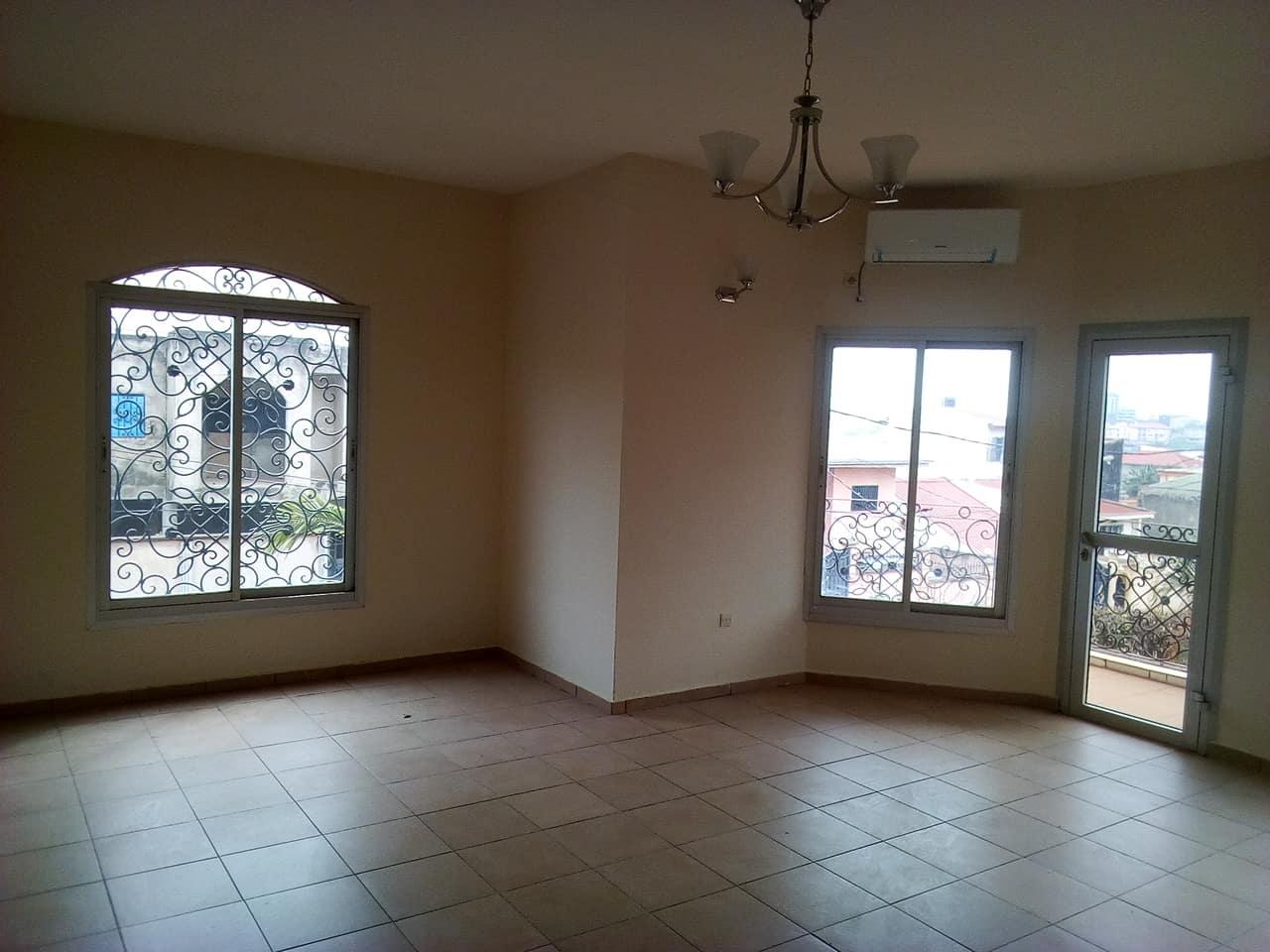 Appartement à louer - Yaoundé, Mfandena, pas loin de la cave - 1 salon(s), 2 chambre(s), 2 salle(s) de bains - 280 000 FCFA / mois