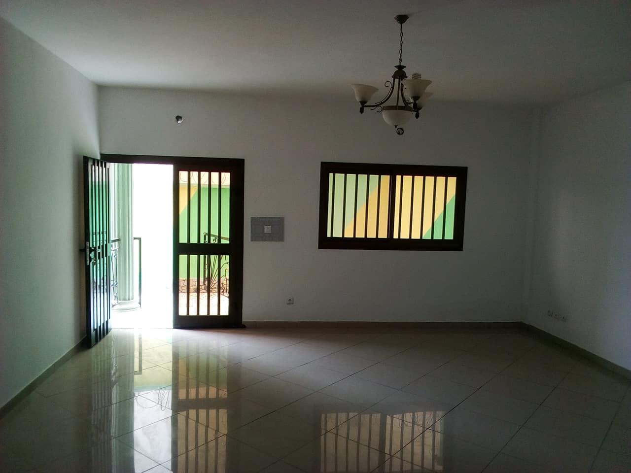 Appartement à louer - Yaoundé, Mfandena, pas loin de lecole - 1 salon(s), 2 chambre(s), 3 salle(s) de bains - 300 000 FCFA / mois