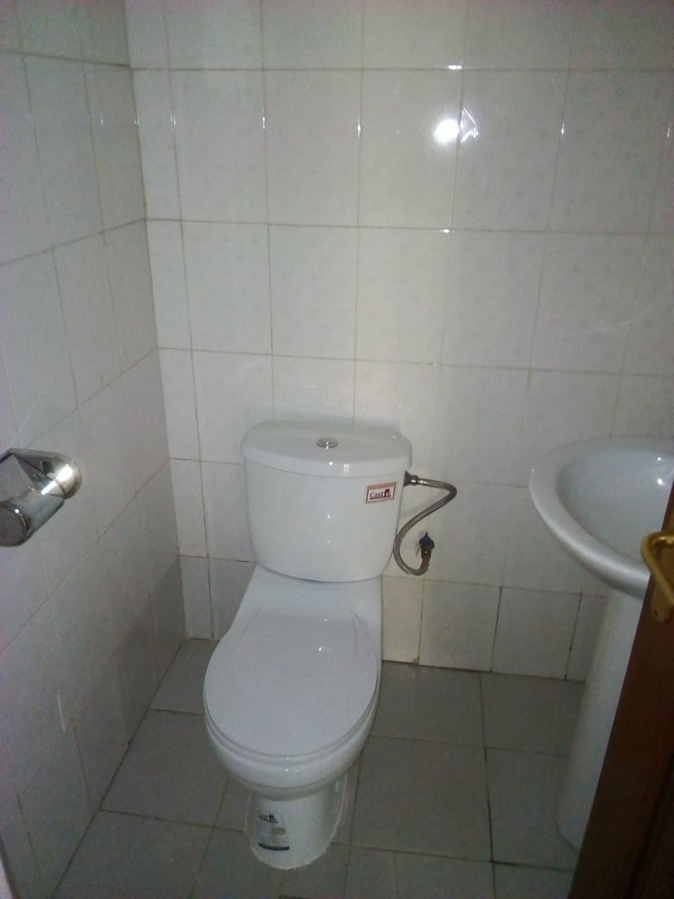 Apartment to rent - Yaoundé, Mfandena, pas loin de lecole - 1 living room(s), 2 bedroom(s), 3 bathroom(s) - 300 000 FCFA / month