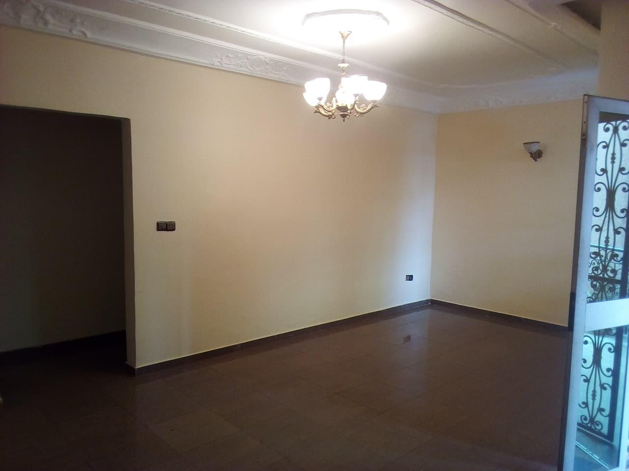 Appartement à louer - Yaoundé, Mfandena, pas loin de la cave - 1 salon(s), 2 chambre(s), 2 salle(s) de bains - 250 000 FCFA / mois