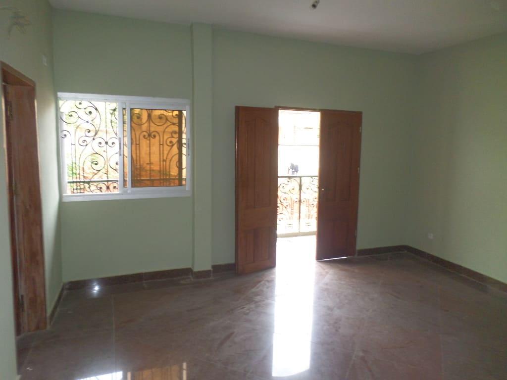 Appartement à louer - Yaoundé, Bastos, pas loin du rond point - 1 salon(s), 2 chambre(s), 2 salle(s) de bains - 230 000 FCFA / mois
