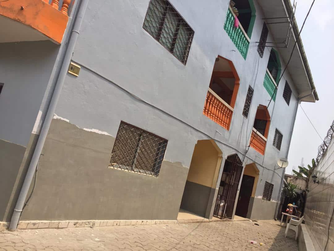Maison (Concession) à vendre - Douala, Logpom, Andem - 30 salon(s), 9 chambre(s), 16 salle(s) de bains - 130 000 000 FCFA