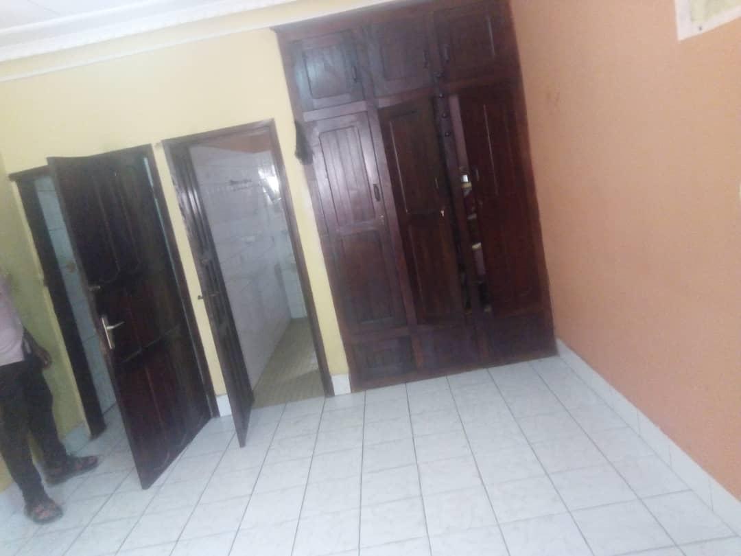 Maison (Villa) à vendre - Douala, Logpom, Carrefour Express - 1 salon(s), 4 chambre(s), 3 salle(s) de bains - 70 000 000 FCFA