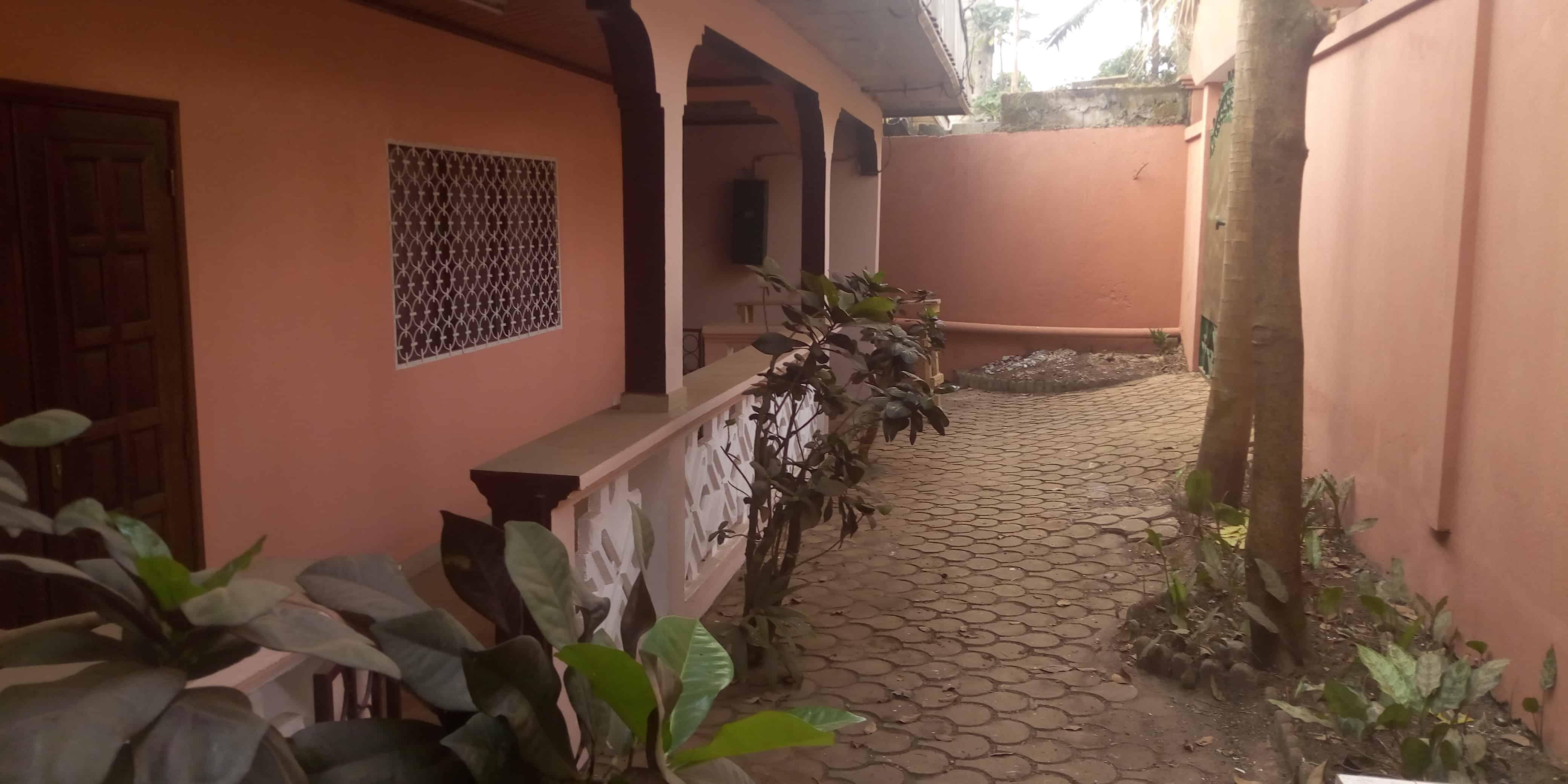 Maison (Villa) à louer - Yaoundé, Biyem-Assi, Grande maison à louer Yaoundé BIYEM assi jouvence - 1 salon(s), 3 chambre(s), 2 salle(s) de bains - 250 000 FCFA / mois