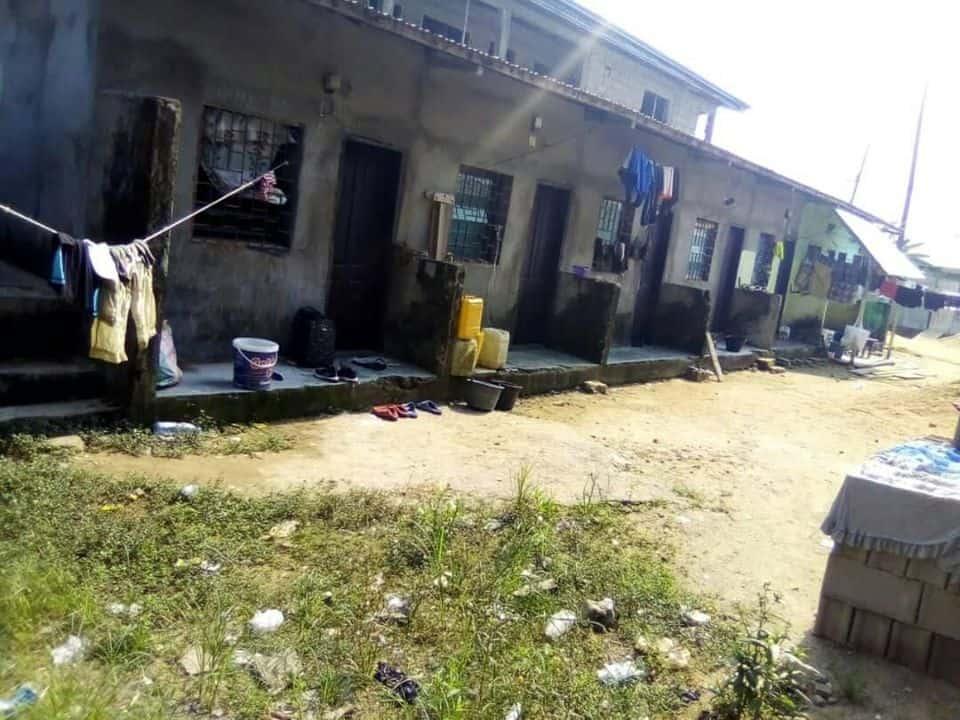Maison (Concession) à vendre - Douala, Bangue, bangue -  salon(s), 7 chambre(s), 4 salle(s) de bains - 10 000 000 FCFA