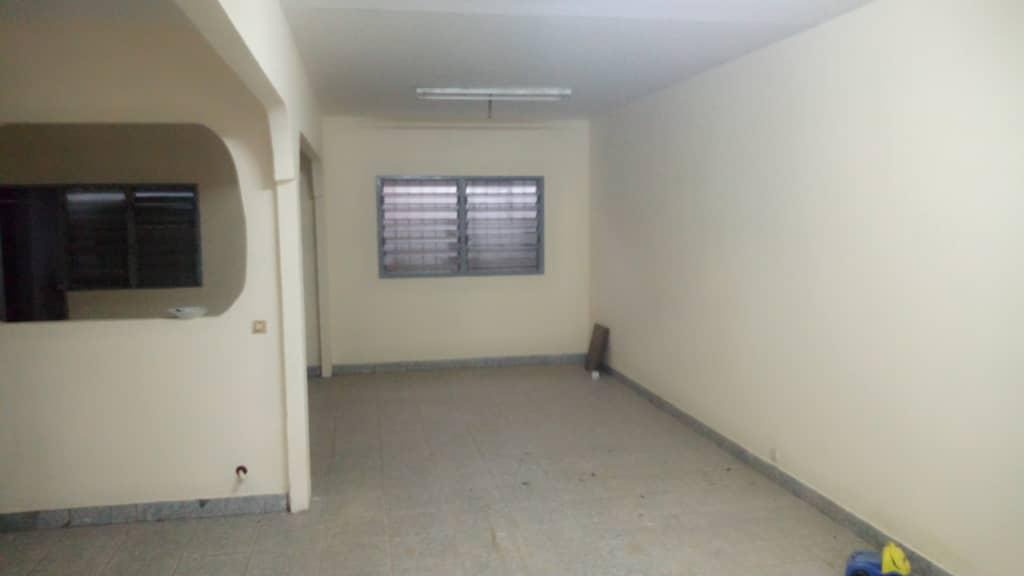 Maison (Villa) à vendre - Douala, Kotto, Maison de couloir sur grande superficie - 1 salon(s), 3 chambre(s), 2 salle(s) de bains - 50 000 000 FCFA