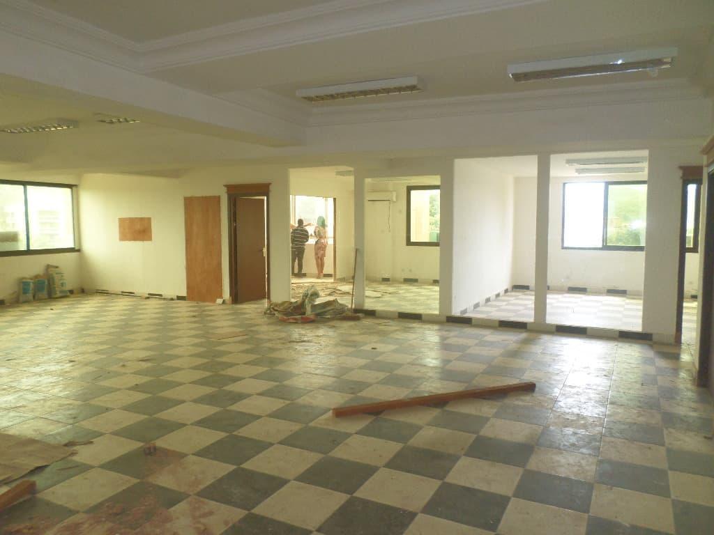 Bureau à louer à Yaoundé, Bastos, IMMEUBLE A 7 ETAGES AVEC ASCENCEUR POUR BUREAU - 2000 m2 - 16 000 000 FCFA