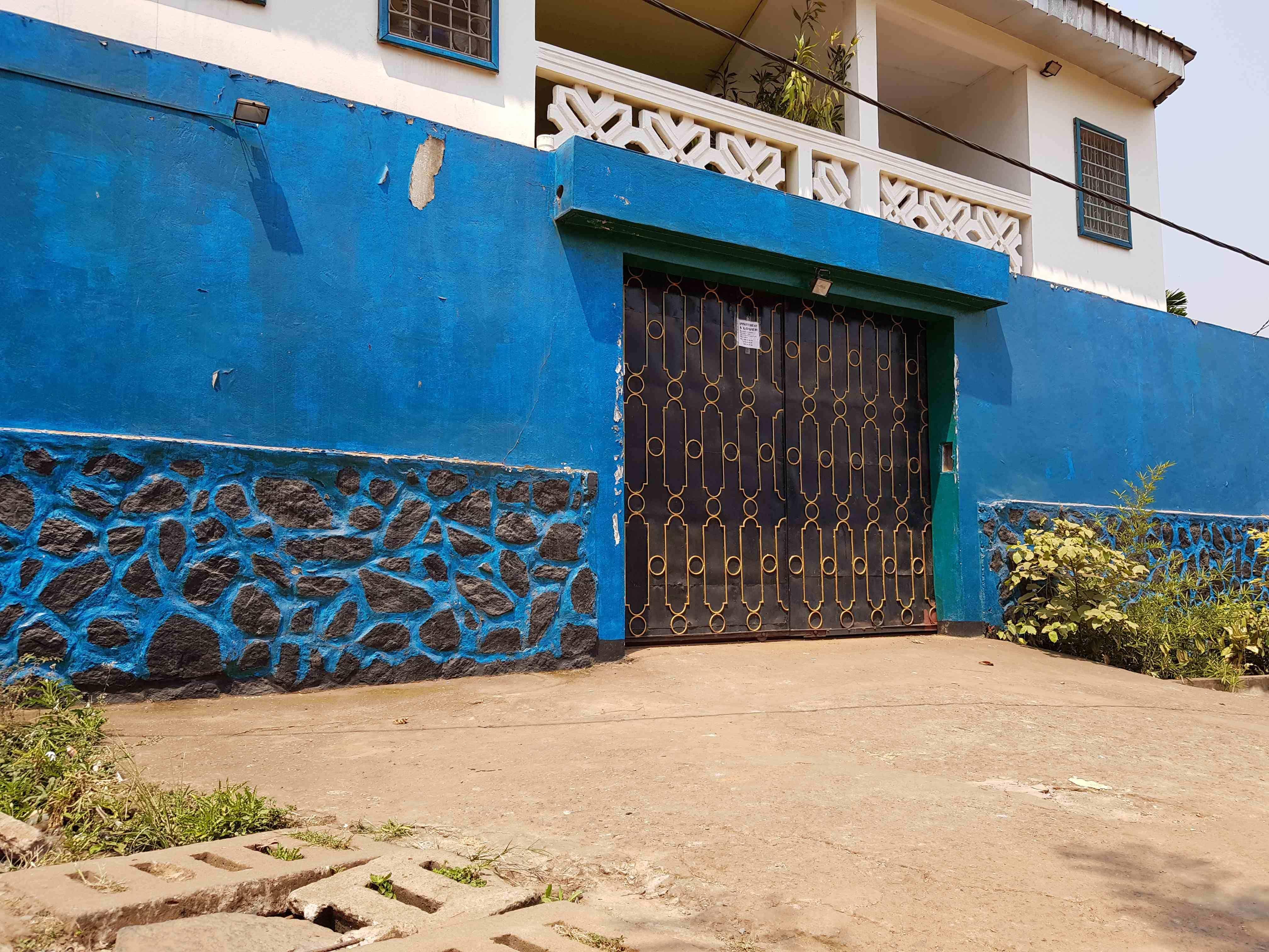 Appartement à louer - Yaoundé, Bastos, Eglise Orthodoxe - 1 salon(s), 3 chambre(s), 2 salle(s) de bains - 450 000 FCFA / mois