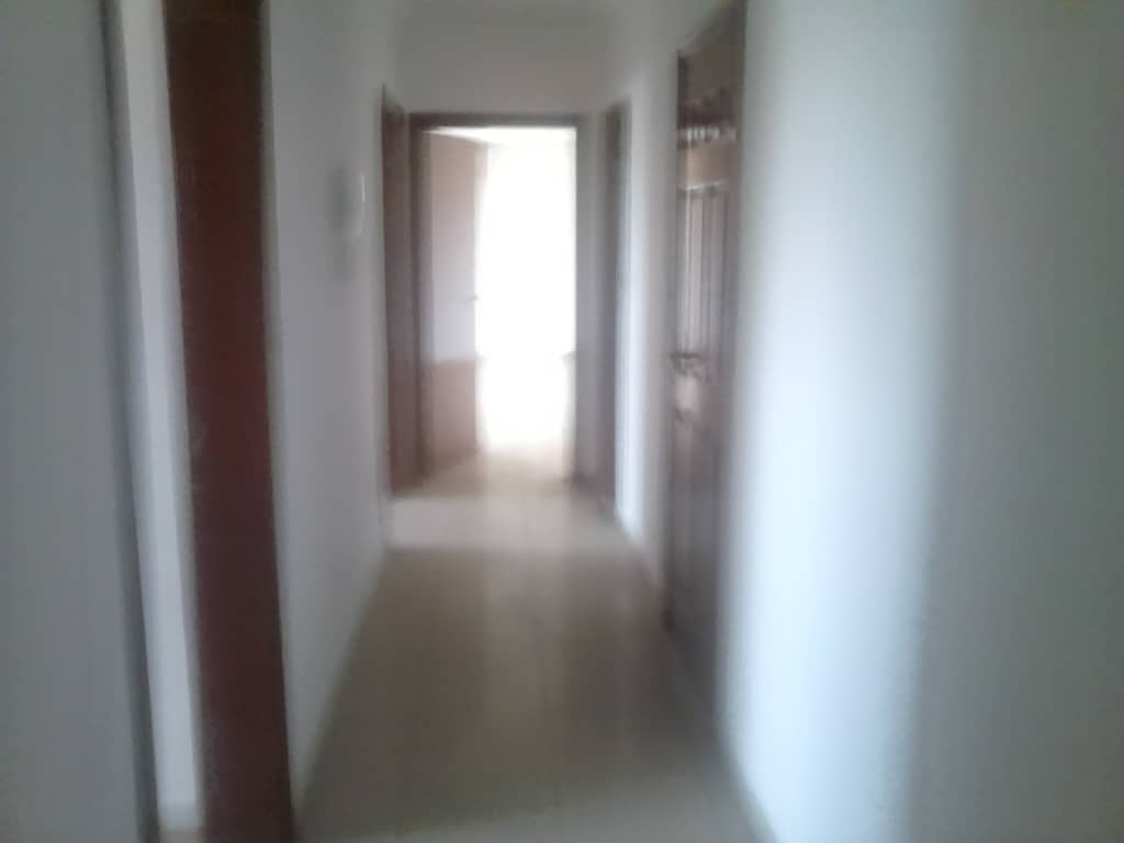 House (Villa) to rent - Douala, Bonapriso, bordure de route - 2 living room(s), 4 bedroom(s), 3 bathroom(s) - 1 000 000 FCFA / month