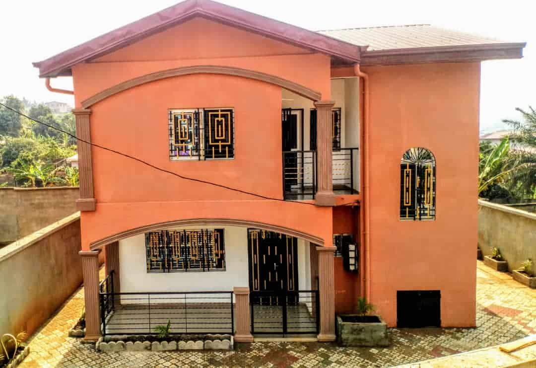 Maison (Duplex) à vendre - Yaoundé, Messame-Ndongo, Citée près de la route centrale et accessible via une route goudronnée - 2 salon(s), 3 chambre(s), 3 salle(s) de bains - 70 000 000 FCFA
