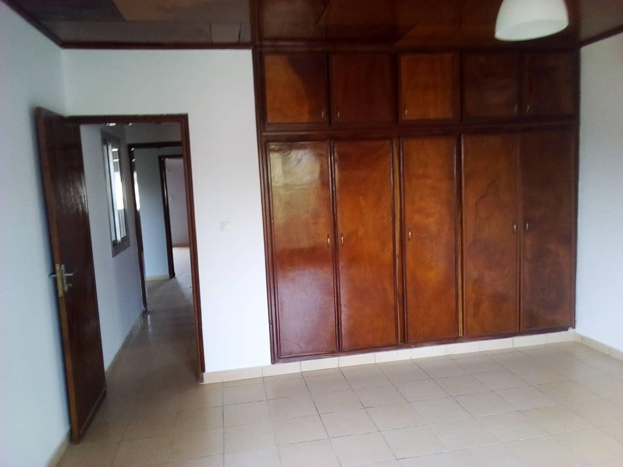 House (Villa) to rent - Yaoundé, Bastos, pas loin du golf villa avec piscine - 1 living room(s), 4 bedroom(s), 3 bathroom(s) - 2 500 000 FCFA / month