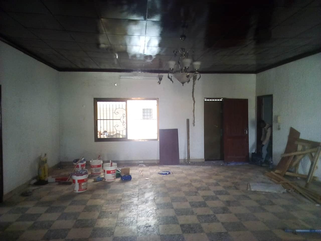 Maison (Villa) à louer - Yaoundé, Bastos, pas loin de mtn - 1 salon(s), 3 chambre(s), 2 salle(s) de bains - 1 000 000 FCFA / mois