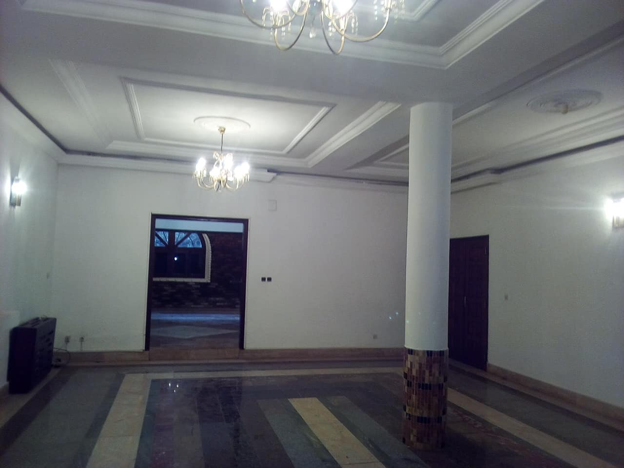 Office to rent at Yaoundé, Bastos, nouvelle route villa avec piscine - 1500 m2 - 2 000 000 FCFA