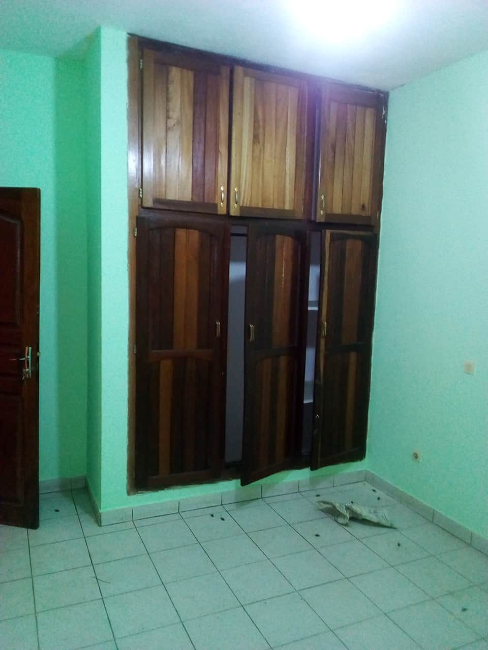House (Villa) to rent - Yaoundé, Bastos, pas loin de l hotel le diplomate - 1 living room(s), 5 bedroom(s), 6 bathroom(s) - 15 FCFA / month