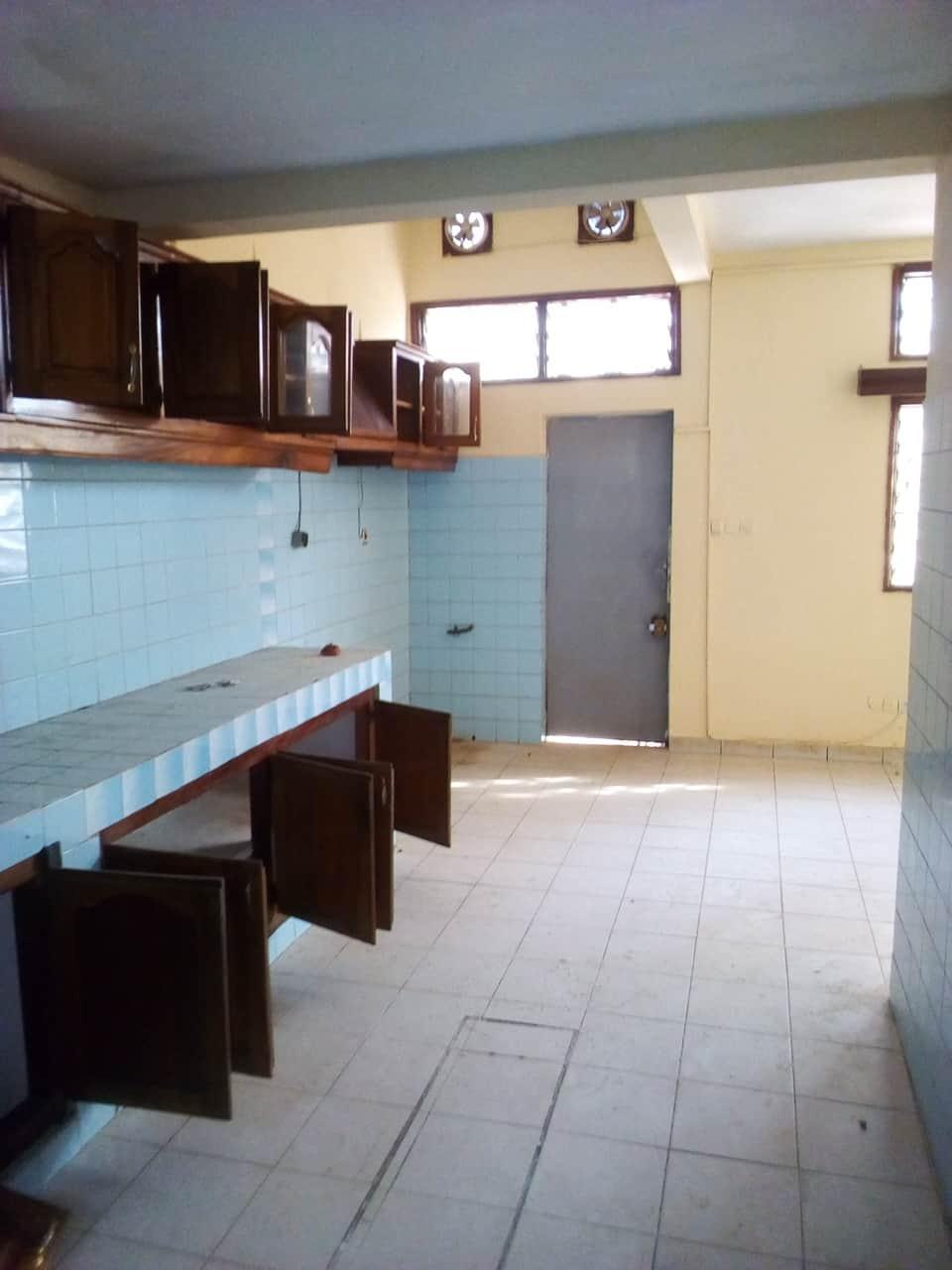 Office to rent at Yaoundé, Bastos, pas loin de lhotel le diplomate - 700 m2 - 1 500 000 FCFA
