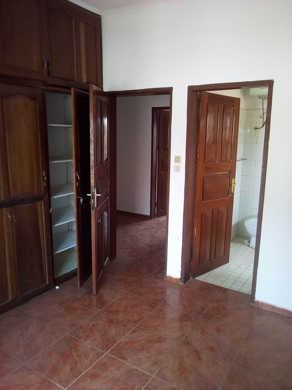 House (Villa) to rent - Yaoundé, Bastos, ambassade de chine - 1 living room(s), 5 bedroom(s), 4 bathroom(s) - 1 800 000 FCFA / month