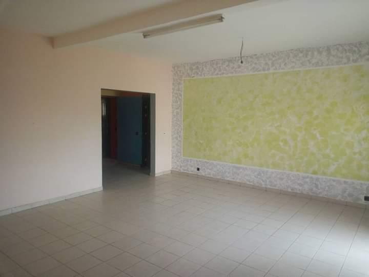 Appartement à louer - Douala, Logpom, Lycée de logpom - 1 salon(s), 3 chambre(s), 2 salle(s) de bains - 135 000 FCFA / mois