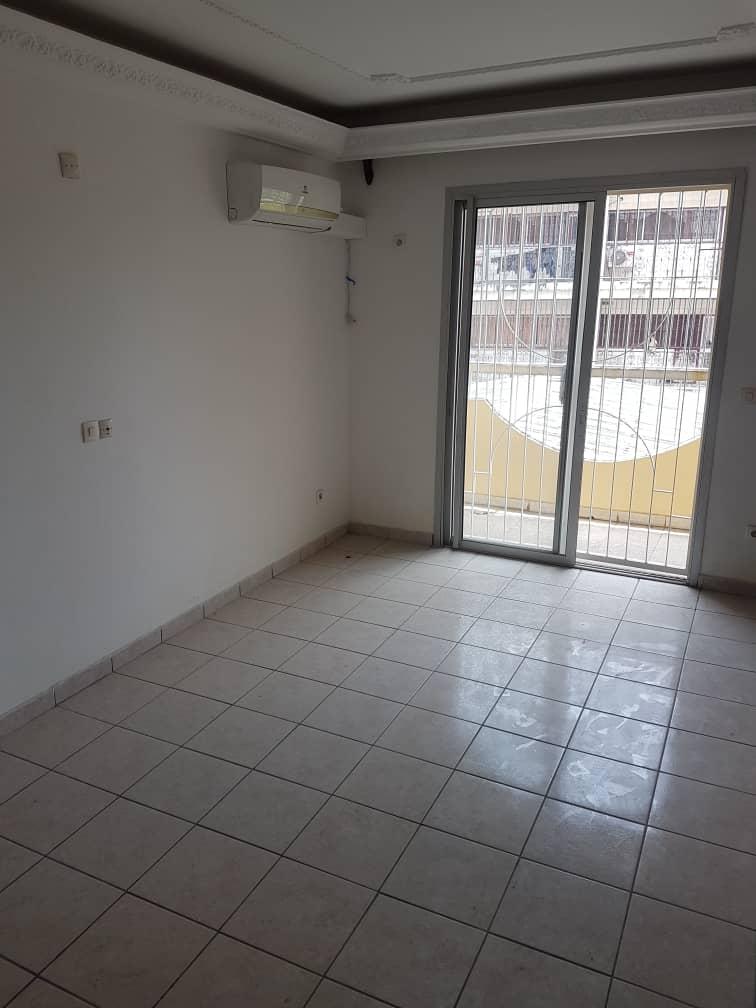 Appartement à louer - Douala, Bonapriso, Après goodis - 1 salon(s), 3 chambre(s), 4 salle(s) de bains - 700 000 FCFA / mois