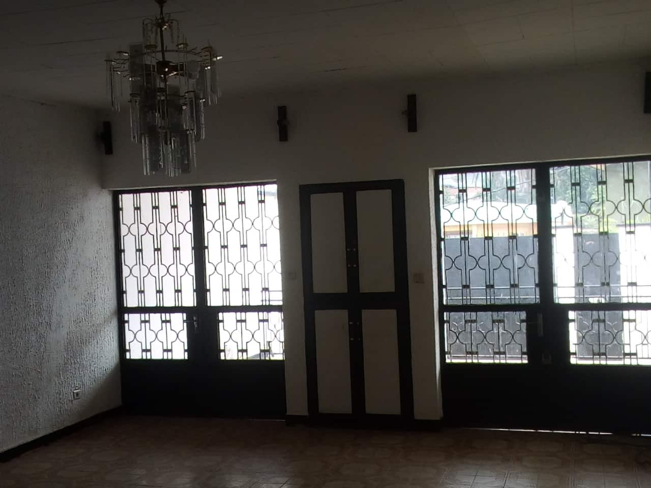 House (Villa) to rent - Yaoundé, Bastos, pas loin de meka - 1 living room(s), 3 bedroom(s), 2 bathroom(s) - 800 000 FCFA / month