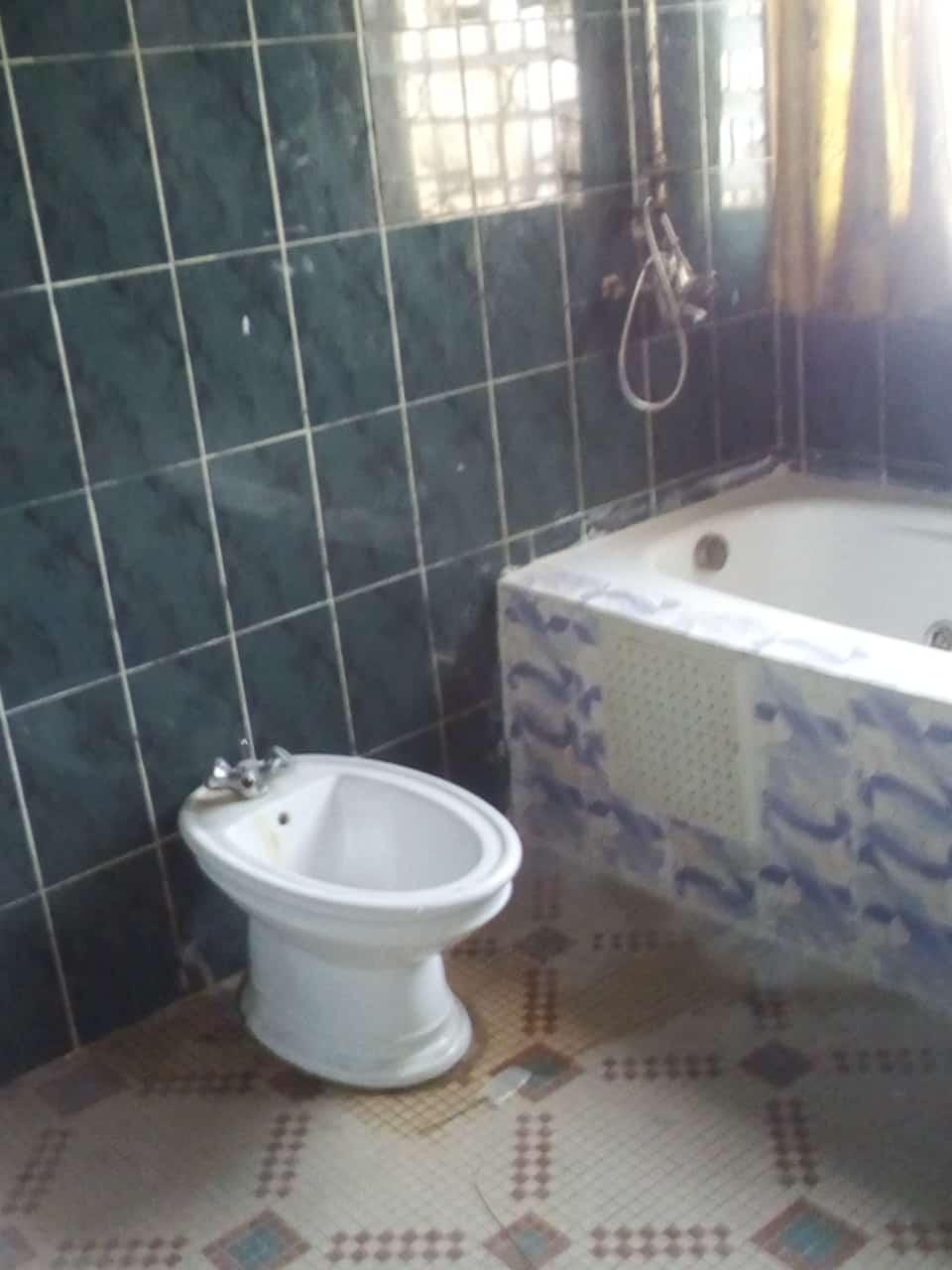 Bureau à louer à Yaoundé, Bastos, pas loin de meka - 1000 m2 - 1 000 000 FCFA