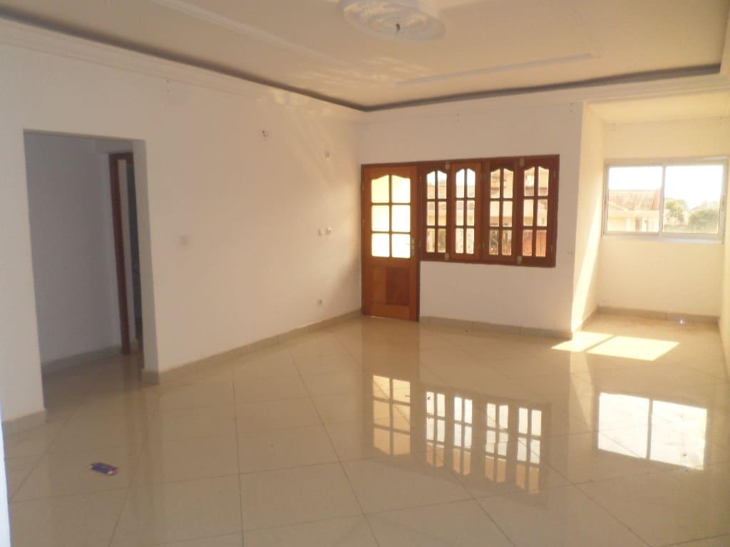 Apartment to rent - Yaoundé, Mfandena, vers avenue foe - 1 living room(s), 2 bedroom(s), 2 bathroom(s) - 220 000 FCFA / month