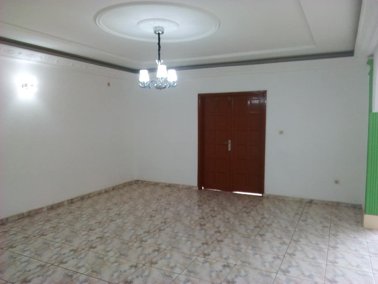 Apartment to rent - Yaoundé, Bastos, pas loin de mongobock - 1 living room(s), 3 bedroom(s), 3 bathroom(s) - 450 000 FCFA / month