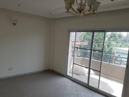 Apartment to rent - Douala, Bonapriso, Immeuble Neuf - 1 living room(s), 3 bedroom(s), 3 bathroom(s) - 650 000 FCFA / month
