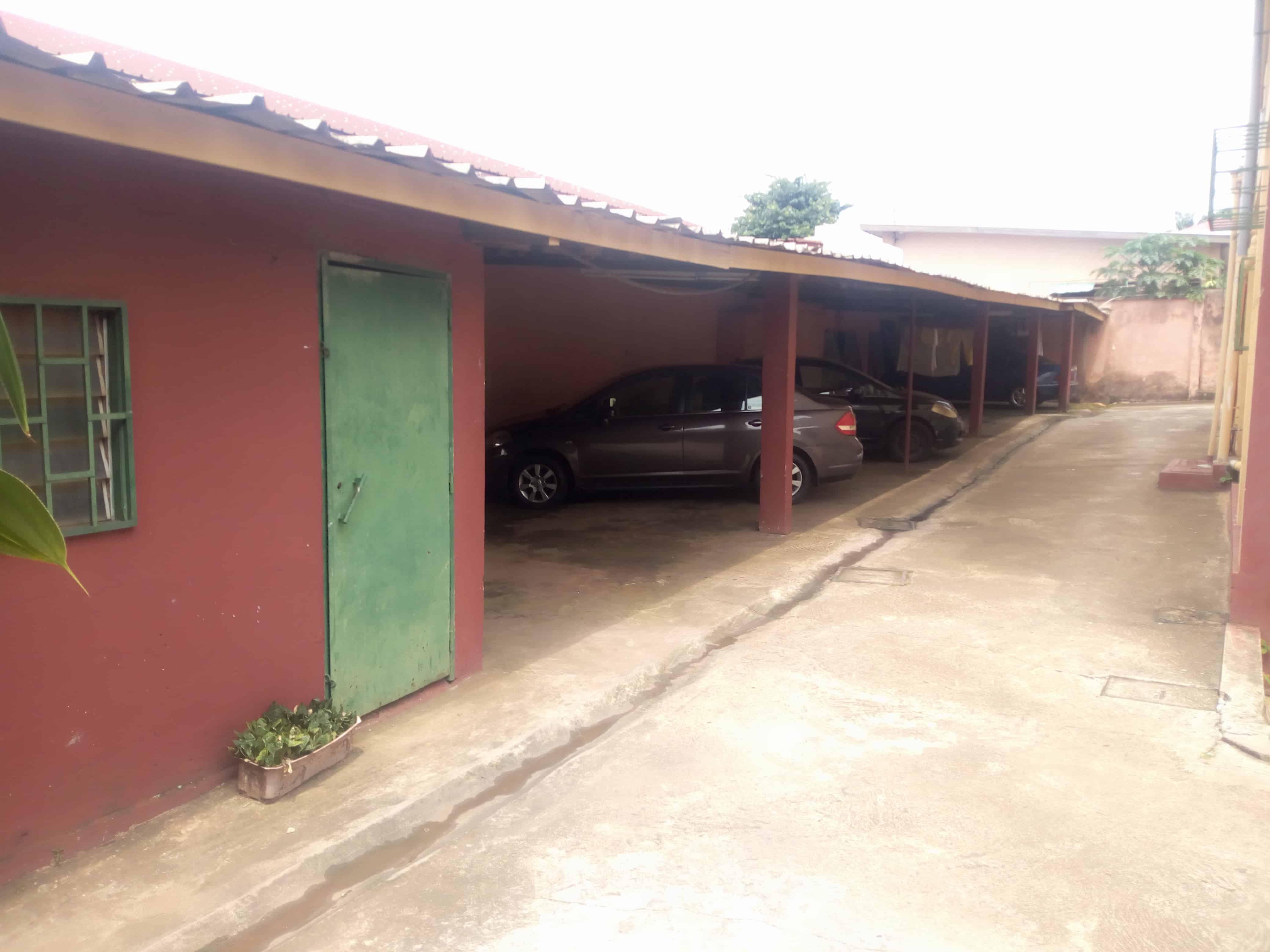House (Villa) for sale - Yaoundé, Bastos, Immeuble à vendre Yaoundé vallée bastos en bordure de la route principale - 1 living room(s), 4 bedroom(s), 3 bathroom(s) - 750 000 000 FCFA / month