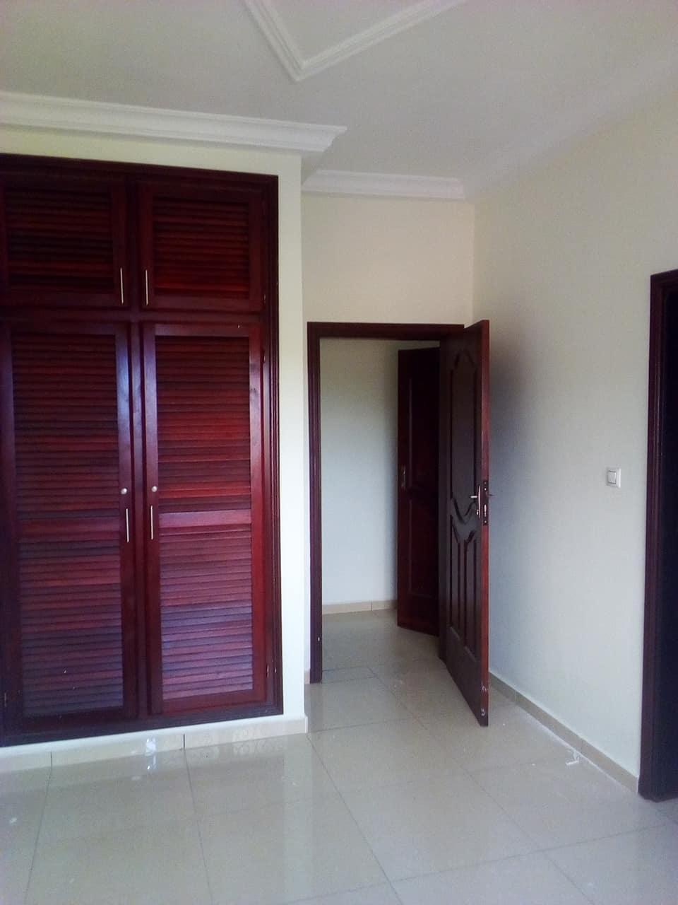 Office to rent at Yaoundé, Bastos, pas loin du golf (immeuble neuf de 18 appartements avec ascenceur -  m2 - 18 000 000 FCFA