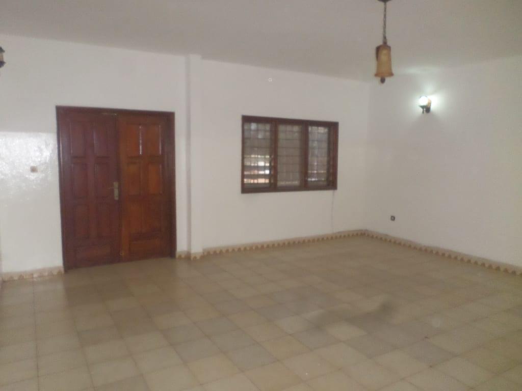 Apartment to rent - Yaoundé, Bastos, pas loin du queens - 1 living room(s), 3 bedroom(s), 3 bathroom(s) - 400 000 FCFA / month