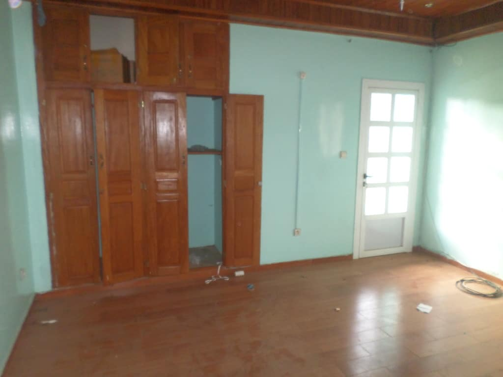Apartment to rent - Yaoundé, Bastos, appartement individuel - 1 living room(s), 2 bedroom(s), 3 bathroom(s) - 400 000 FCFA / month