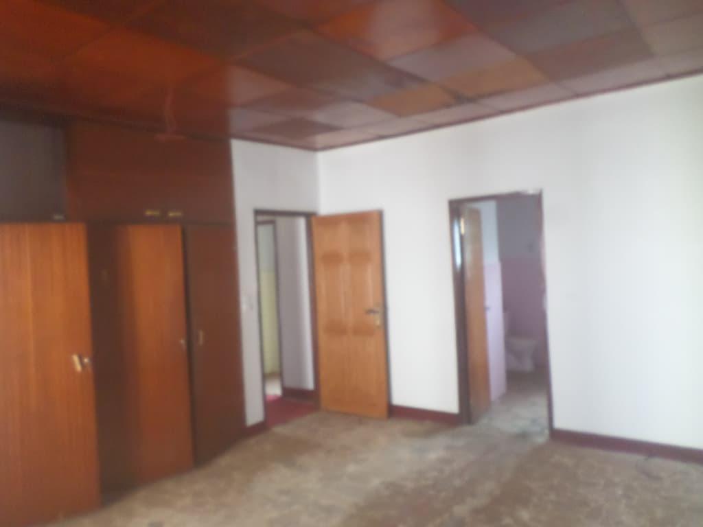 Office to rent at Yaoundé, Bastos, pas loin de lmabassade de turquie - 1000 m2 - 2 500 000 FCFA