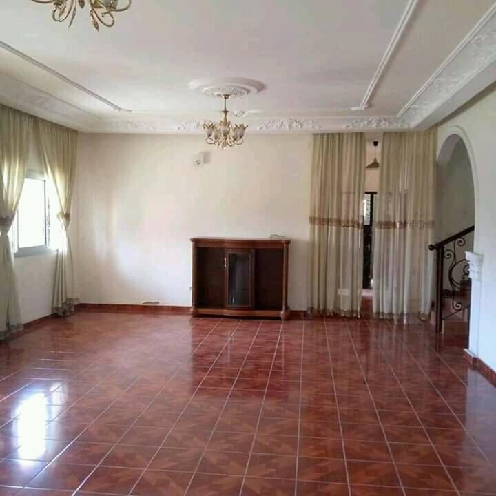 House (Duplex) to rent - Douala, Ndokotti, Ndokotti - 3 living room(s), 6 bedroom(s), 6 bathroom(s) - 500 000 FCFA / month
