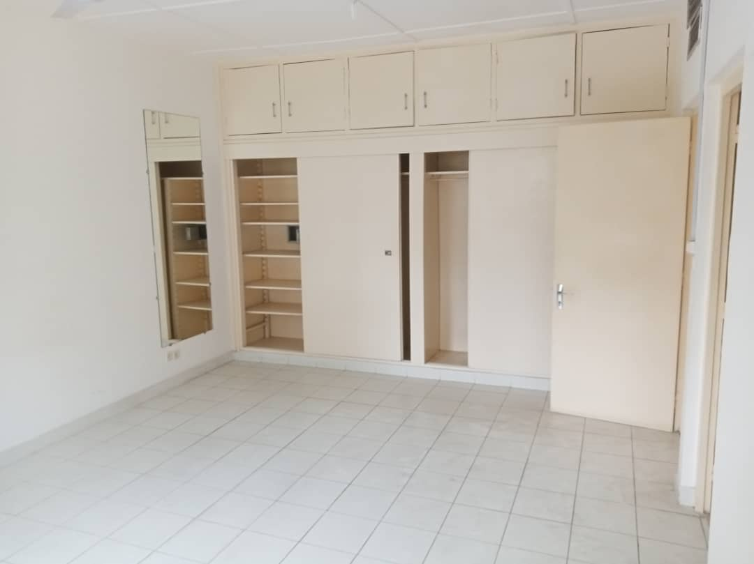 House (Villa) to rent - Douala, Bonapriso, Savio primaire - 1 living room(s), 4 bedroom(s), 3 bathroom(s) - 2 700 000 FCFA / month