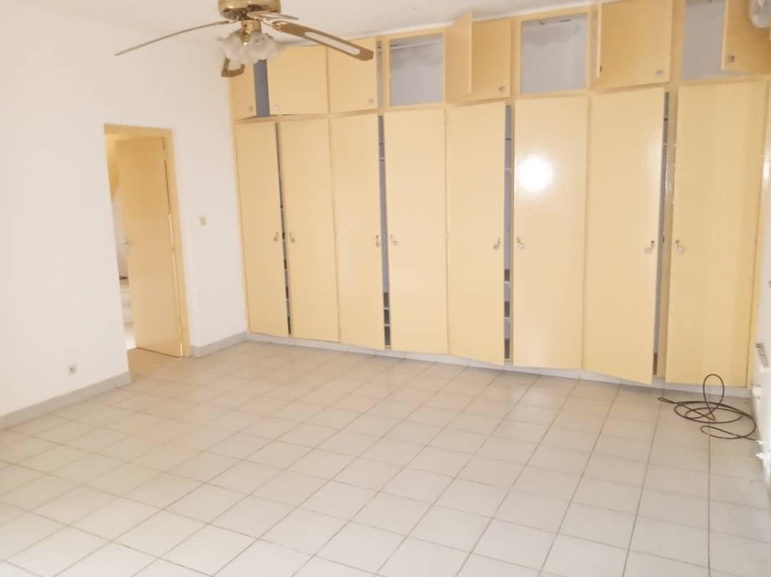 Maison (Villa) à louer - Douala, Bonapriso, Rue toyota - 1 salon(s), 4 chambre(s), 3 salle(s) de bains - 2 000 000 FCFA / mois