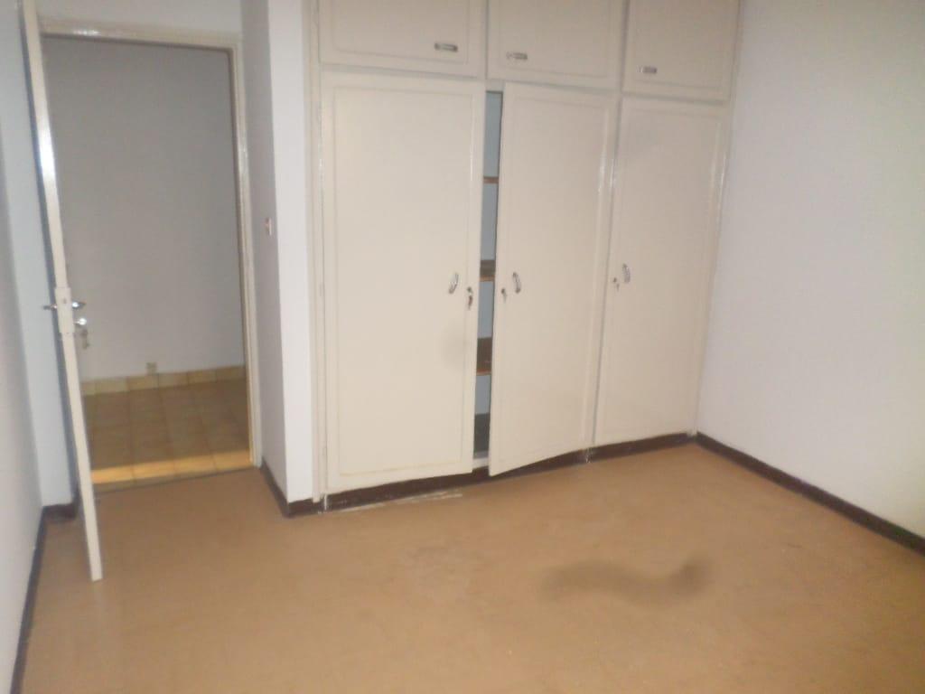 Apartment to rent - Yaoundé, Bastos, pas loin de la banque mondiale - 1 living room(s), 3 bedroom(s), 2 bathroom(s) - 350 000 FCFA / month