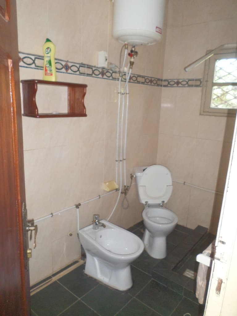 Apartment to rent - Yaoundé, Bastos, pas loin de lambassade de guinnee - 1 living room(s), 3 bedroom(s), 3 bathroom(s) - 500 000 FCFA / month