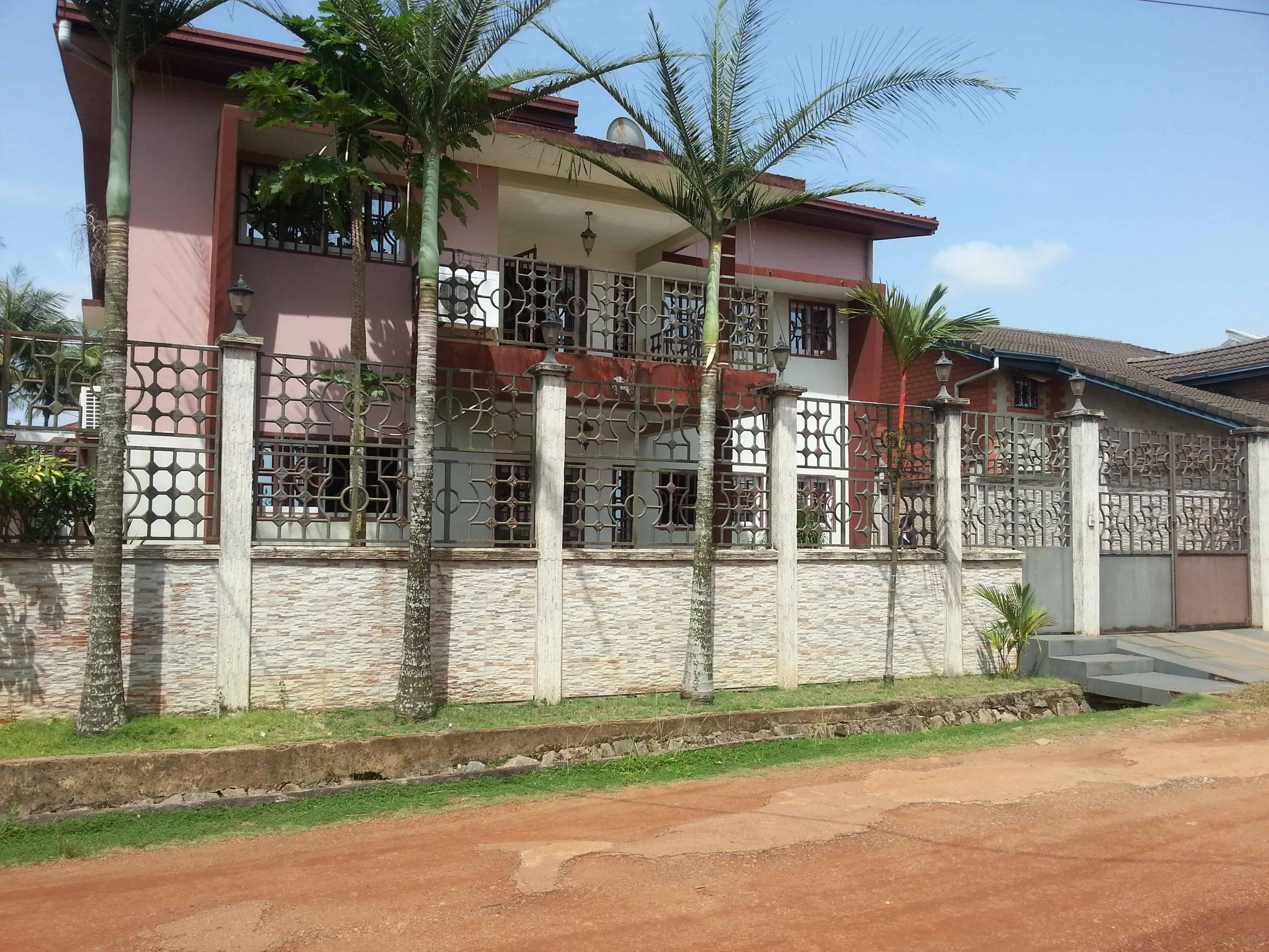 House (Duplex) for sale - Douala, Yassa, Cité Chirac - 2 living room(s), 5 bedroom(s), 6 bathroom(s) - 330 000 000 FCFA / month