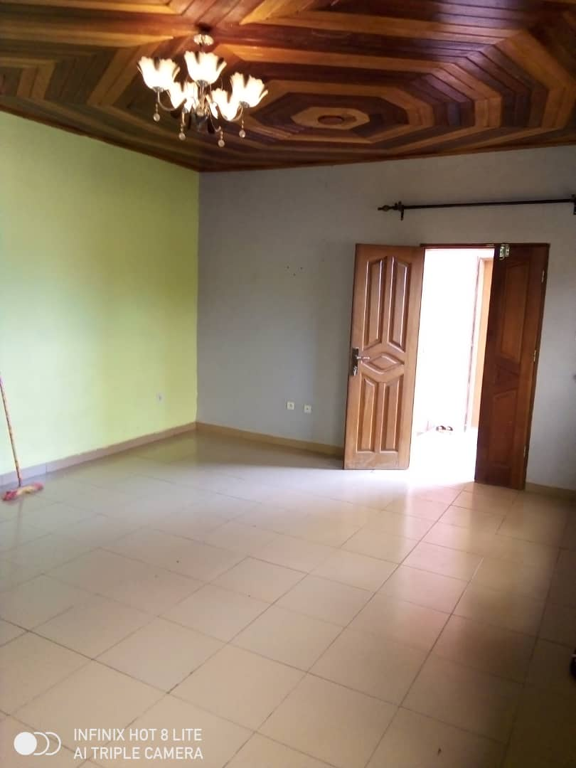Apartment to rent - Douala, Akwa I, Carrefour - 1 living room(s), 2 bedroom(s), 2 bathroom(s) - 100 000 FCFA / month