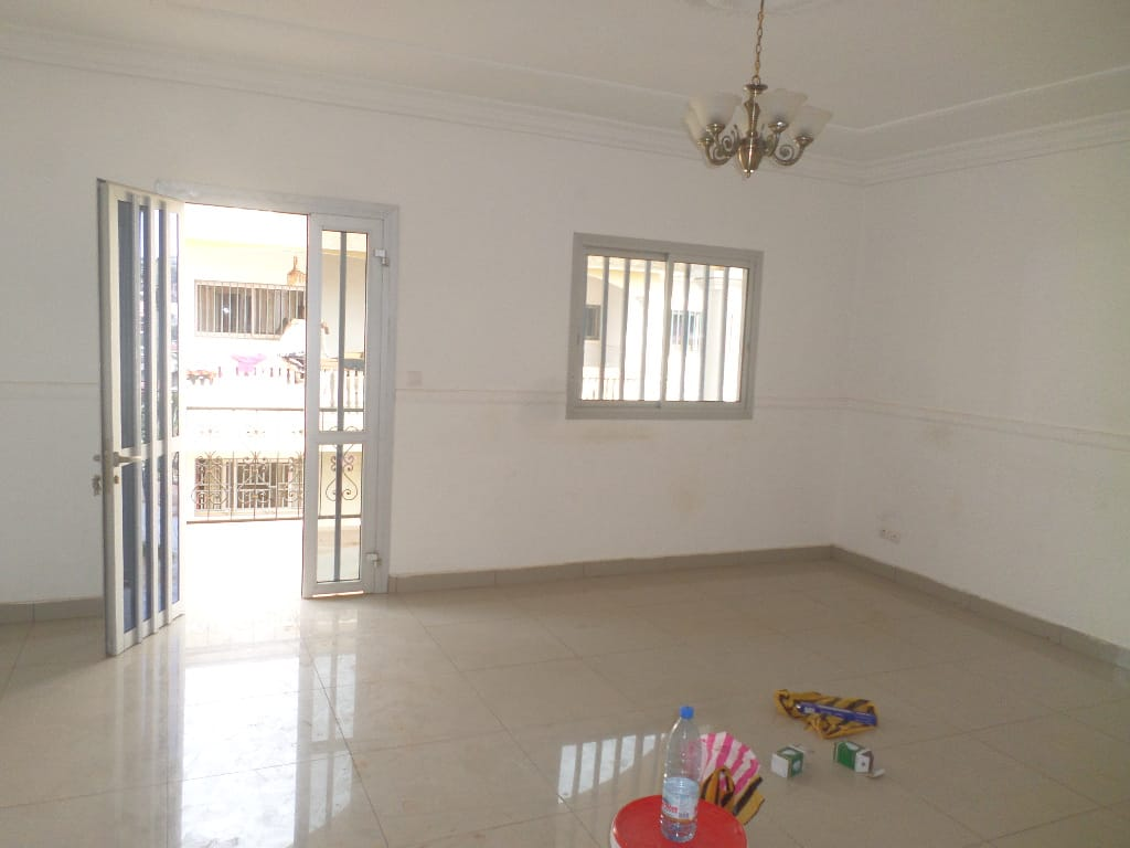 Apartment to rent - Yaoundé, Mfandena, pas loin de lecole - 1 living room(s), 2 bedroom(s), 2 bathroom(s) - 250 000 FCFA / month