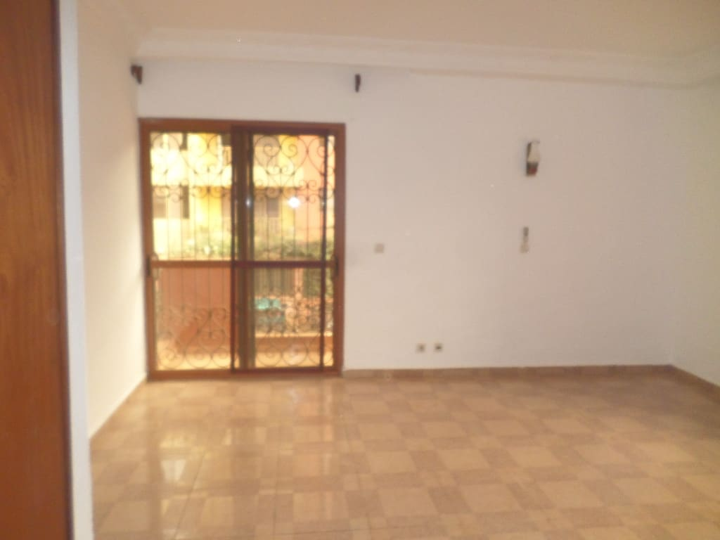 Apartment to rent - Yaoundé, Bastos, pas loin du rond point - 1 living room(s), 3 bedroom(s), 3 bathroom(s) - 550 000 FCFA / month