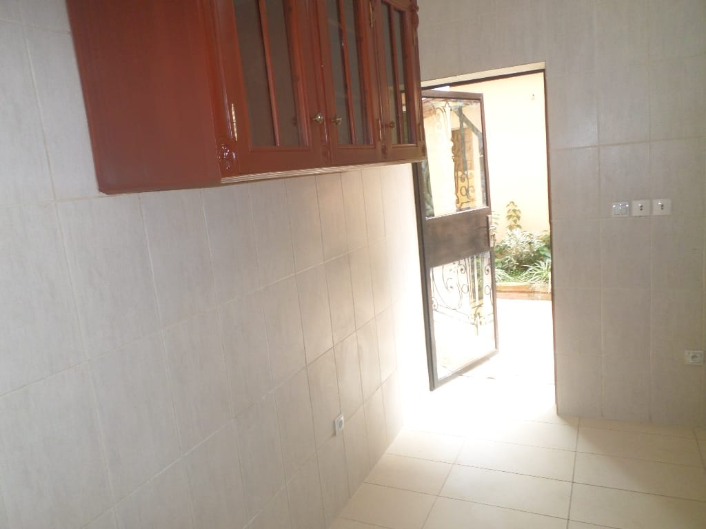 Apartment to rent - Yaoundé, Bastos, pas loin de lusine bastos - 1 living room(s), 2 bedroom(s), 3 bathroom(s) - 1 200 000 FCFA / month