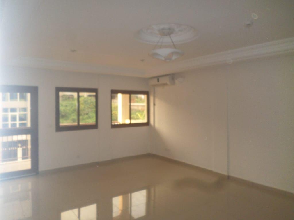 Apartment to rent - Yaoundé, Bastos, pas loin du rond point - 1 living room(s), 3 bedroom(s), 3 bathroom(s) - 1 000 000 FCFA / month