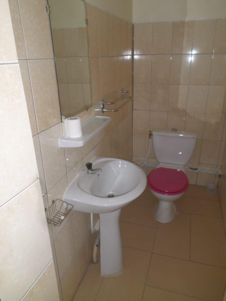 Apartment to rent - Yaoundé, Bastos, pas loin du carrefour - 1 living room(s), 3 bedroom(s), 3 bathroom(s) - 600 000 FCFA / month