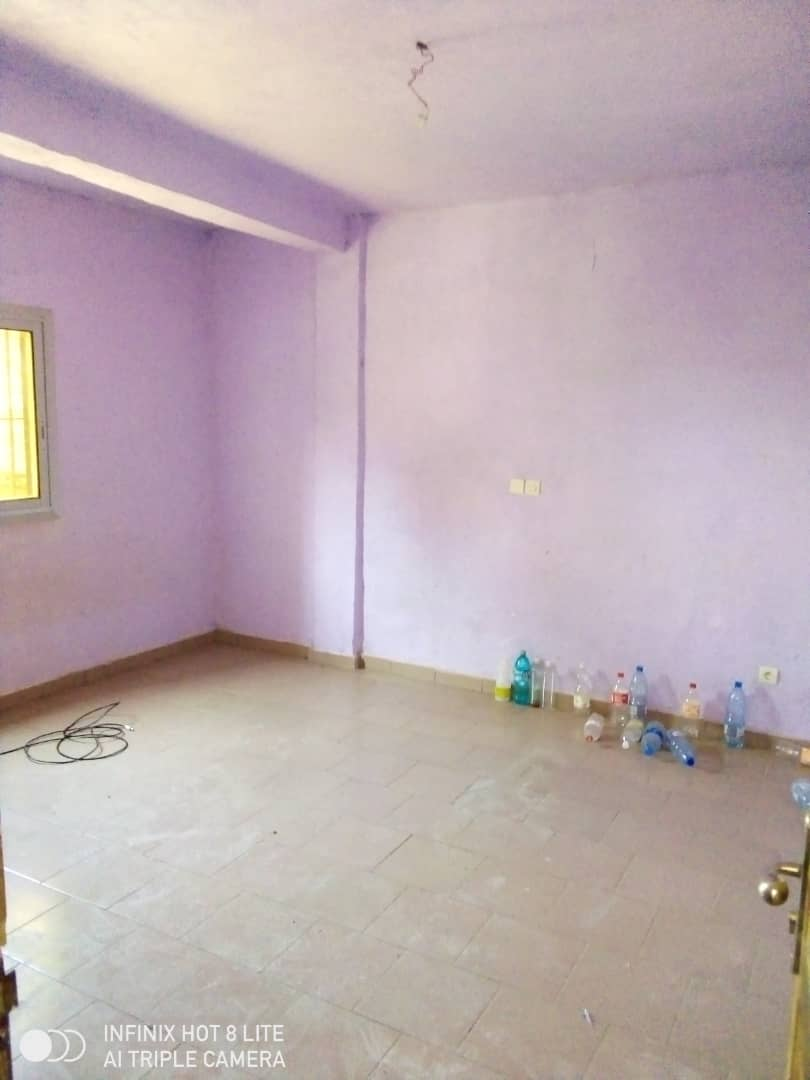 Apartment to rent - Douala, Logbessou II, Ver rues paues - 1 living room(s), 2 bedroom(s), 2 bathroom(s) - 75 000 FCFA / month