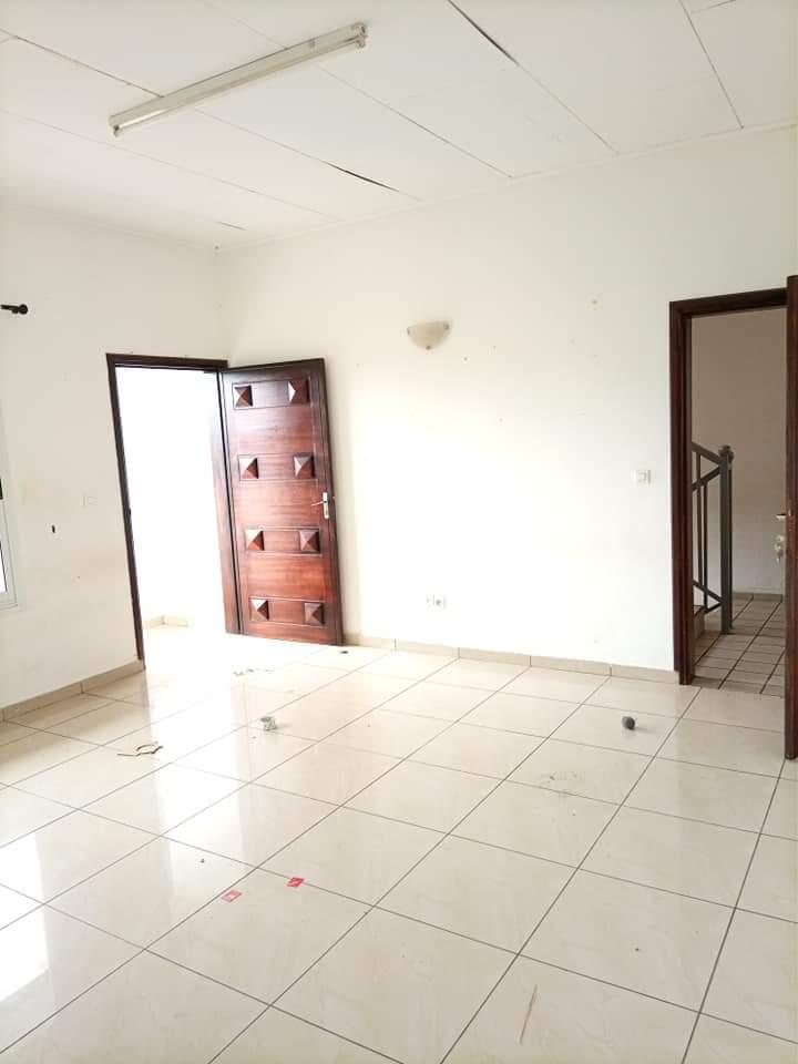 Apartment to rent - Douala, Makepe, VASTE STUDIO MODERNE À LOUER DERRIÈRE LE LYCÉE DE MAKEPE. - 1 living room(s), 1 bedroom(s), 1 bathroom(s) - 80 000 FCFA / month