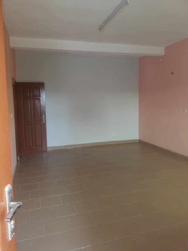 Apartment to rent - Douala, Makepe, Rond poulin - 1 living room(s), 2 bedroom(s), 2 bathroom(s) - 180 000 FCFA / month
