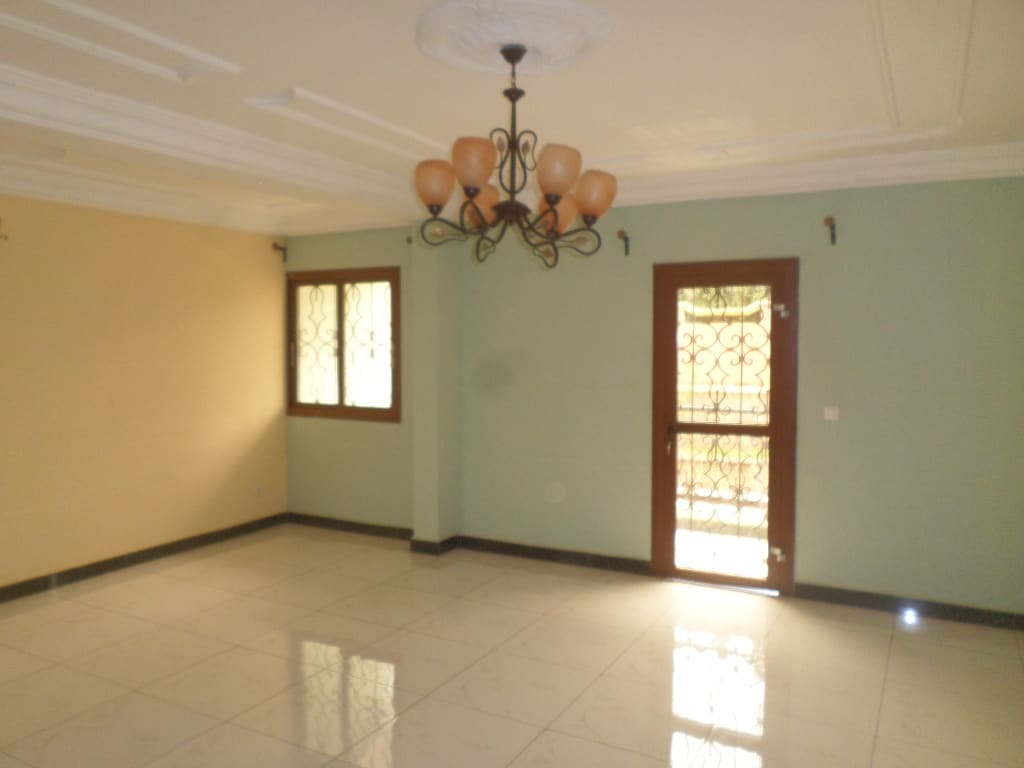 Apartment to rent - Yaoundé, Mfandena, pas du rond point - 1 living room(s), 3 bedroom(s), 2 bathroom(s) - 320 000 FCFA / month